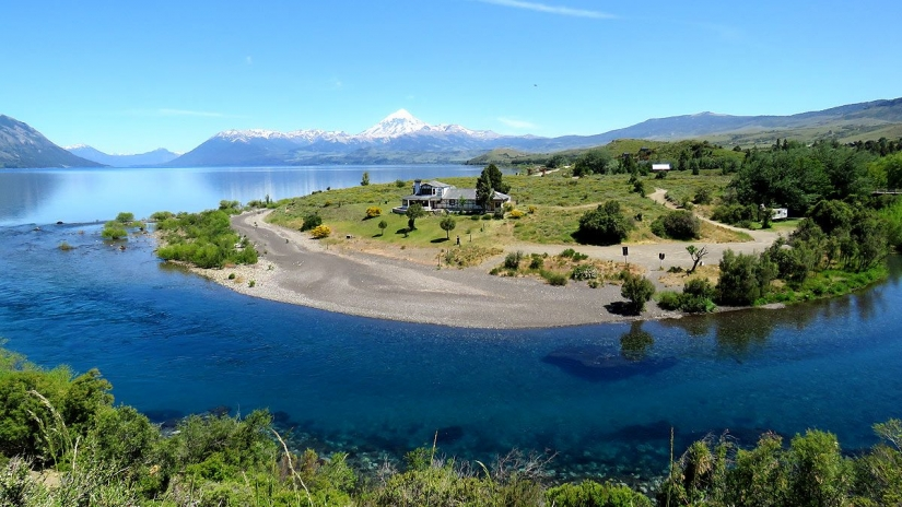 In Huechulafquen, Neuquén, Argentina you can Trekking Guiado: El Saltillo y Huechulafquen with LATITUR