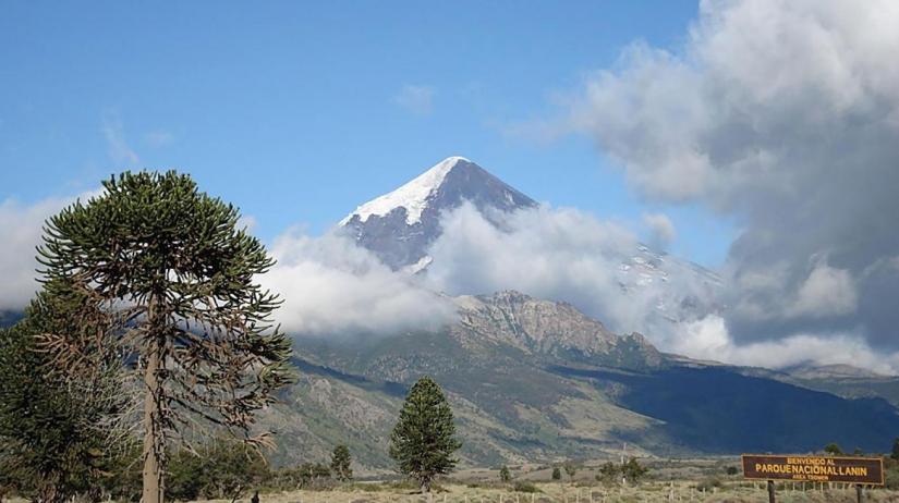 In Volcán Lanín, Neuquén, Argentina you can Tromen - Base Volcan Lanin - Malleo - Lago Tromen with LATITUR