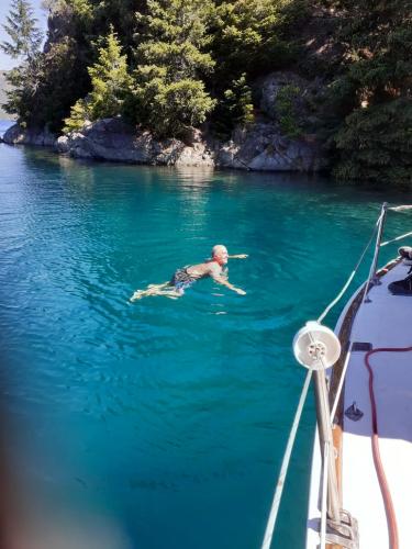 In Av. Exequiel Bustillo 13500, San Carlos de Bariloche, Río Negro, Argentina you can Paseo navegando en velero en el Nahuel Huapi with LATITUR