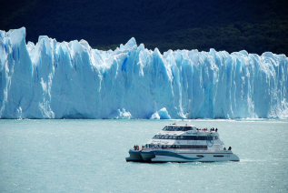 With LATITUR on Glaciar Perito Moreno, Santa Cruz, Argentina you can make Glaciares Gourmet Premium con desembarco