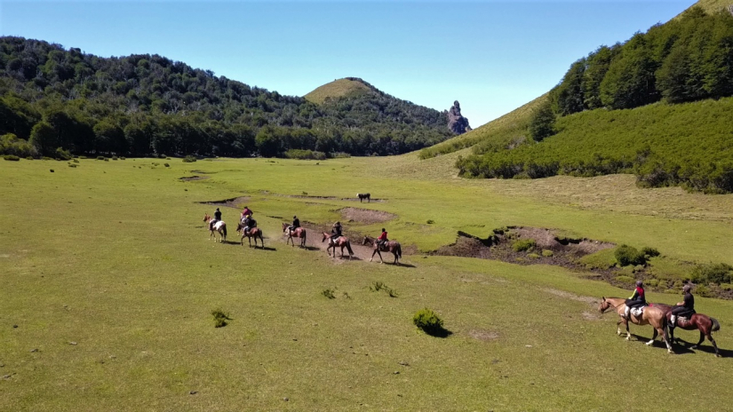 In Ñirihuau, Río Negro, Argentina you can Cabalgata Familia Mapuche: 2 días con refugio with LATITUR