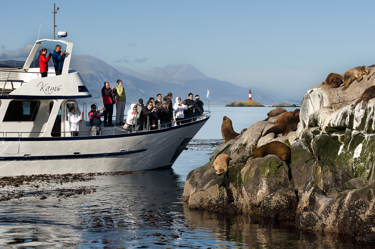 In Patagonia Adventure Explorer, Avenida Prefectura Naval Argentina, Ushuaia, Tierra del Fuego, Argentina you can Navegación en Canal Beagle con mini trekking with LATITUR