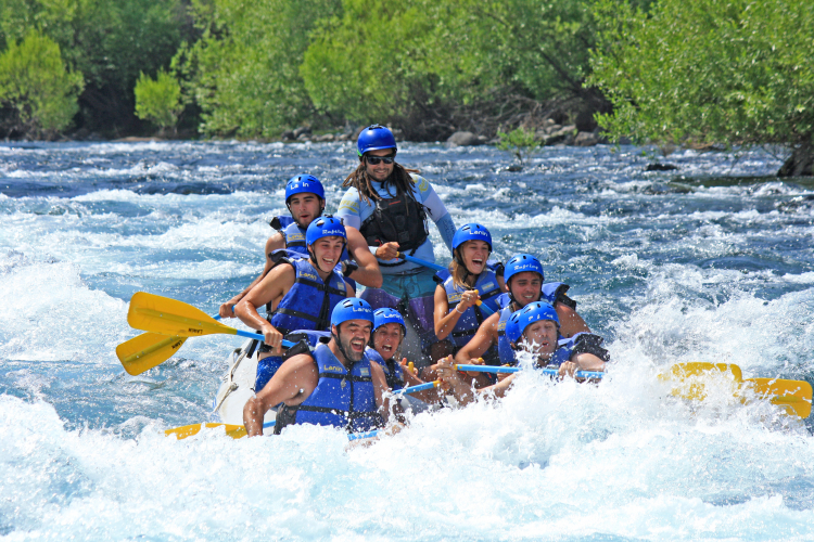 In San Martin de los Andes, Neuquén, Argentina you can RAFTING en el río Chimehuin with LATITUR
