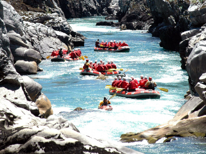 In Río Manso, Río Negro, Argentina you can Rafting al Límite with LATITUR